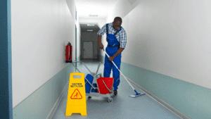 employé nettoyant un plancher